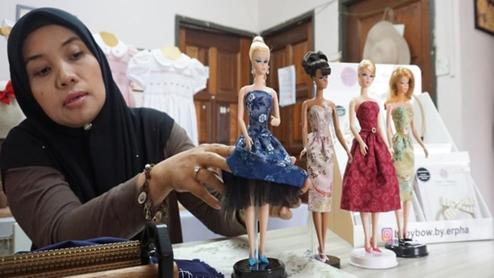 Dressing Barbie Dolls Is No Child S Play Meet The Malaysian Behind These Miniature Gowns Cna