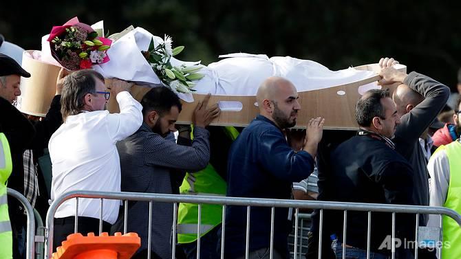 Pelayat membawa mayat di Memorial Park Cemetery di Christchurch, Selandia Baru, Jumat (22/3/2019)