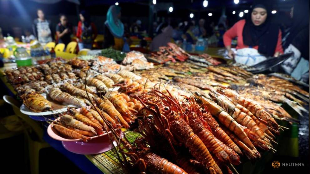Giant river prawns make up for poor fishing in Malaysia drought - CNA