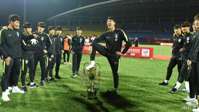 Selebrasi pemain Korsel yang menginjak trofi Piala Panda