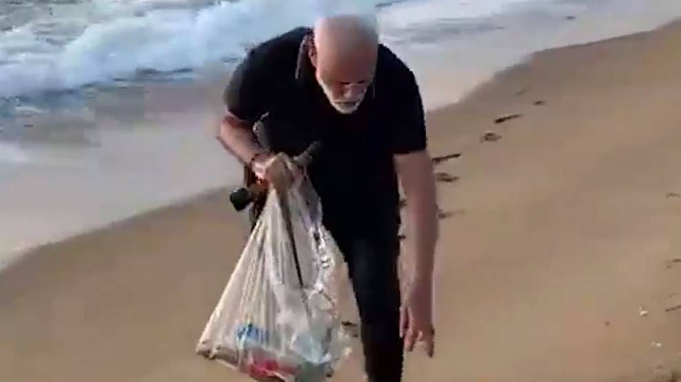 India PM Modi picks up rubbish from seaside town while hosting China's Xi Jinping