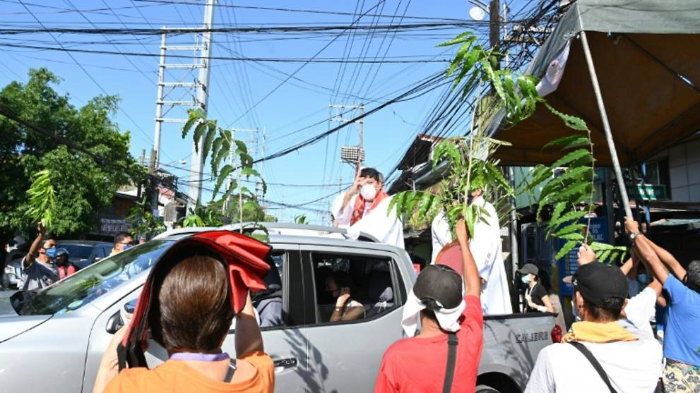 Drive-by blessings in virus-hit Philippines