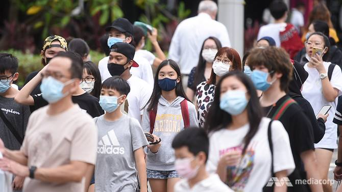 people-wearing-protective-face-masks--10
