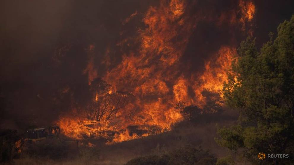 Firefighters move in on southern California blaze as wind gusts seen