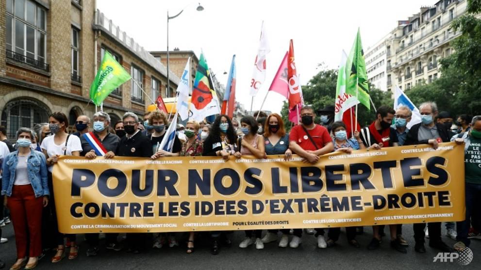 Puluhan ribu orang berbaris melawan sayap kanan di Prancis