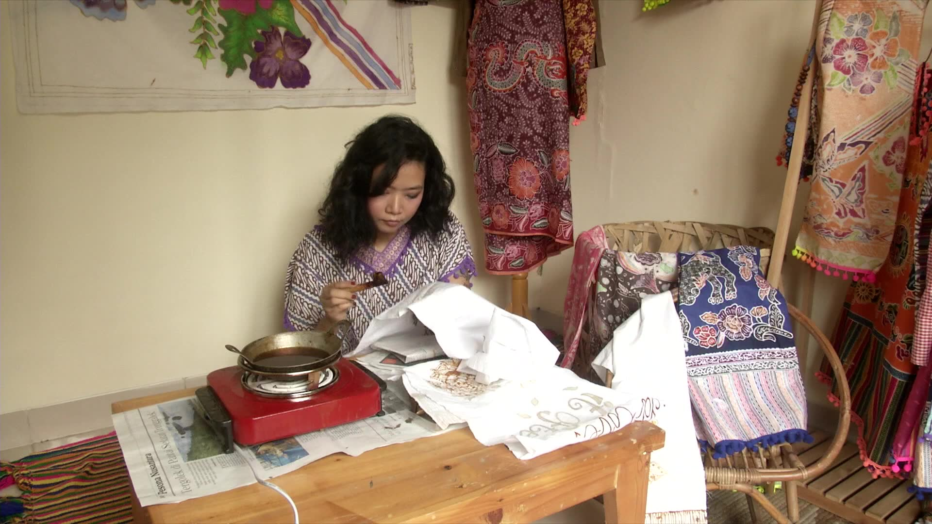 Young Indonesians help to preserve traditional art of batik | Video