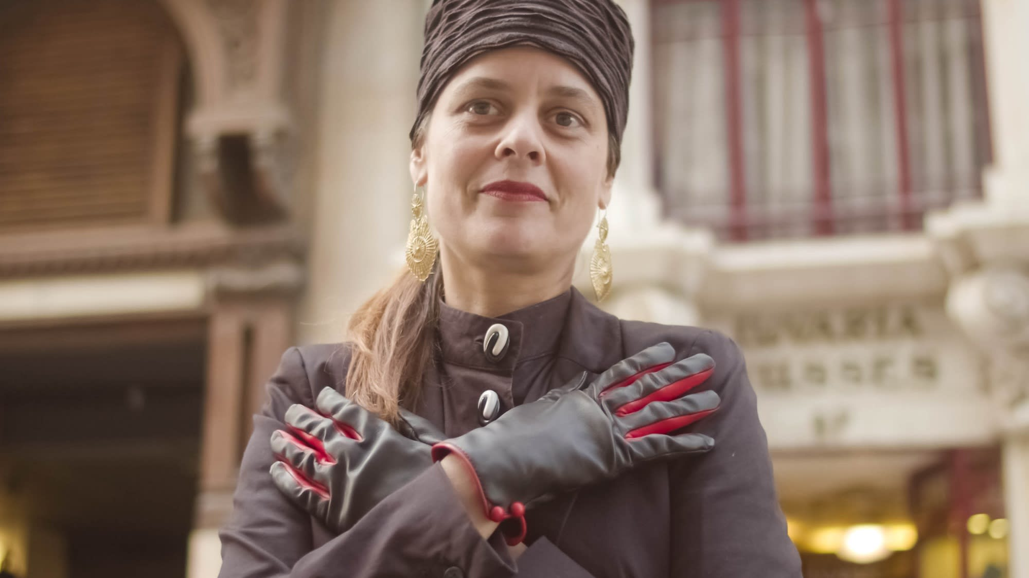 Hands-on at Lisbon's last remaining glove shop | CNA Luxury
