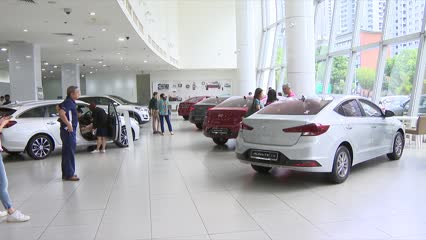 Buyers not switching to big cars despite falling Category B COE price | Video