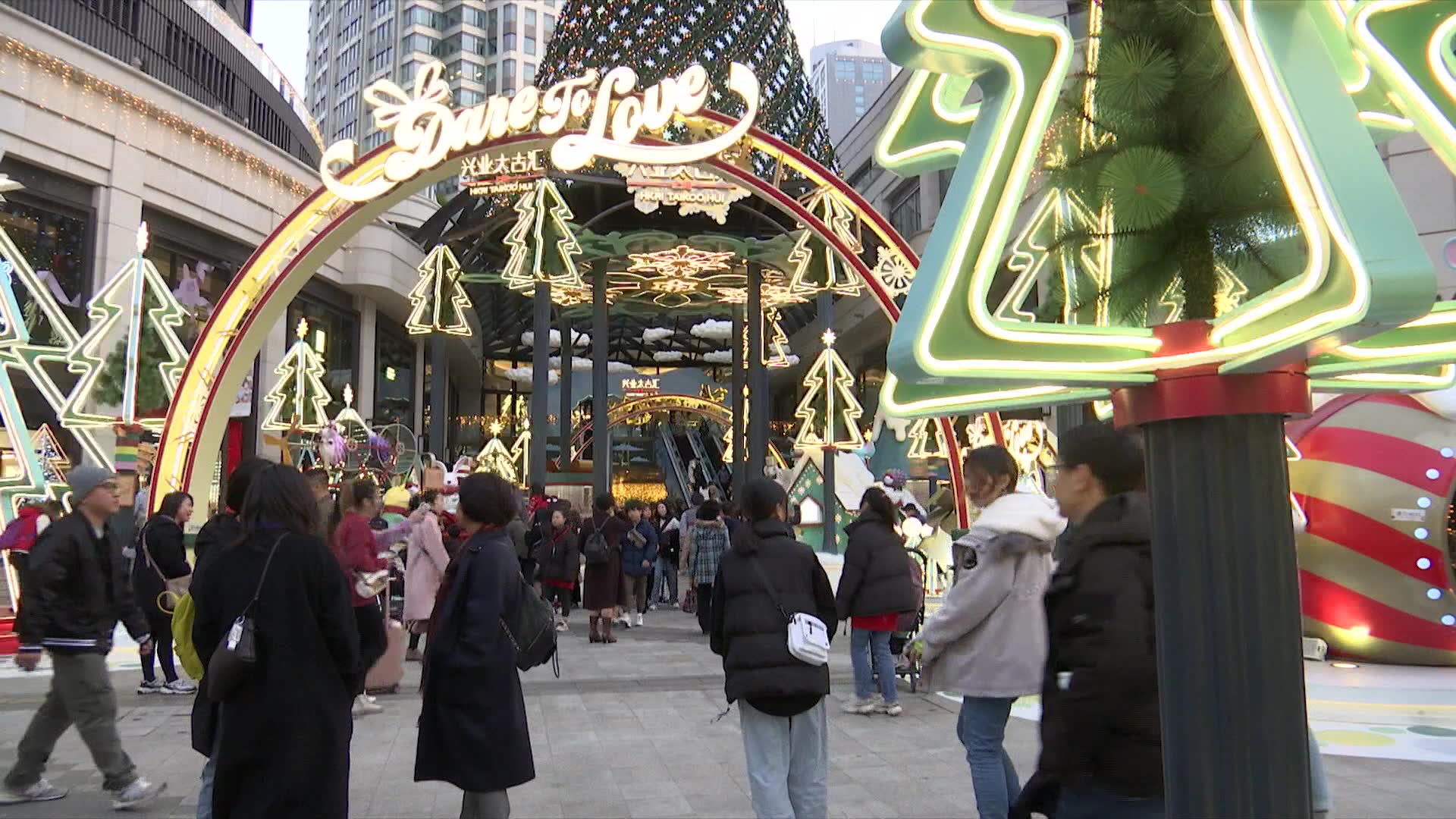 China consumers embrace Christmas amid reports of crackdown on churches | Video