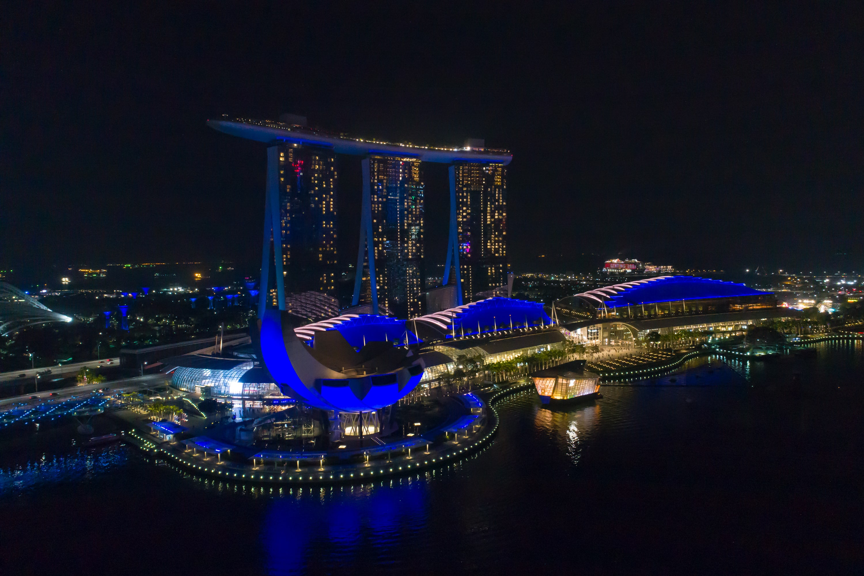 Singapore skyline turns blue for World Water Day | VIDEO