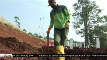 Jakarta gravediggers under strain as COVID-19 deaths surge | Video
