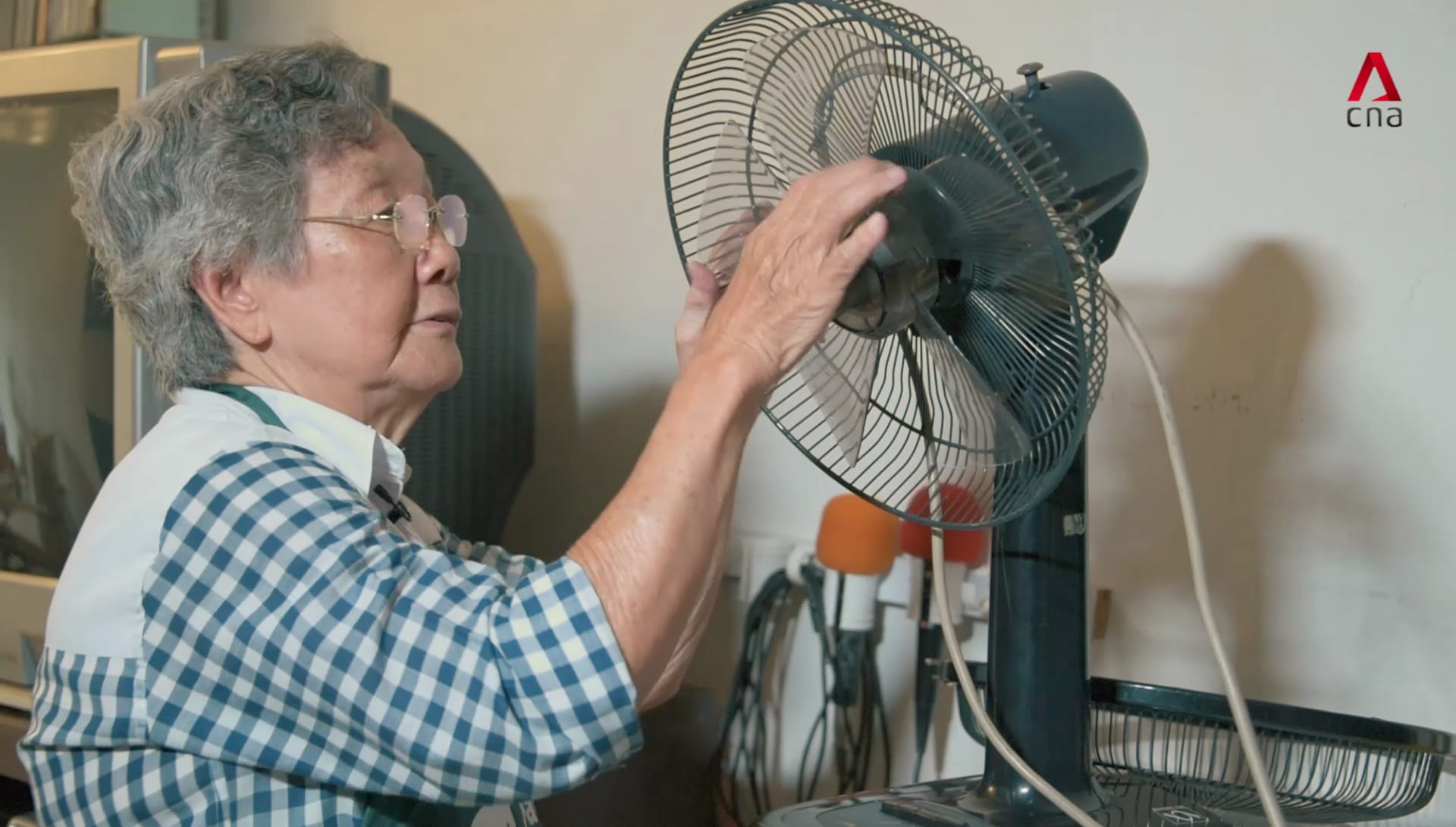 The 79-year-old self-taught handywoman who helps her neighbours fix everything | Video