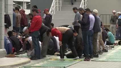 Crowds overflow Moscow mosques during Ramadan | Video